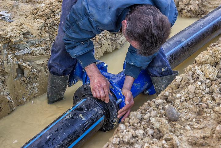 Nahaufnahme der Installation einer Wasserleitung
